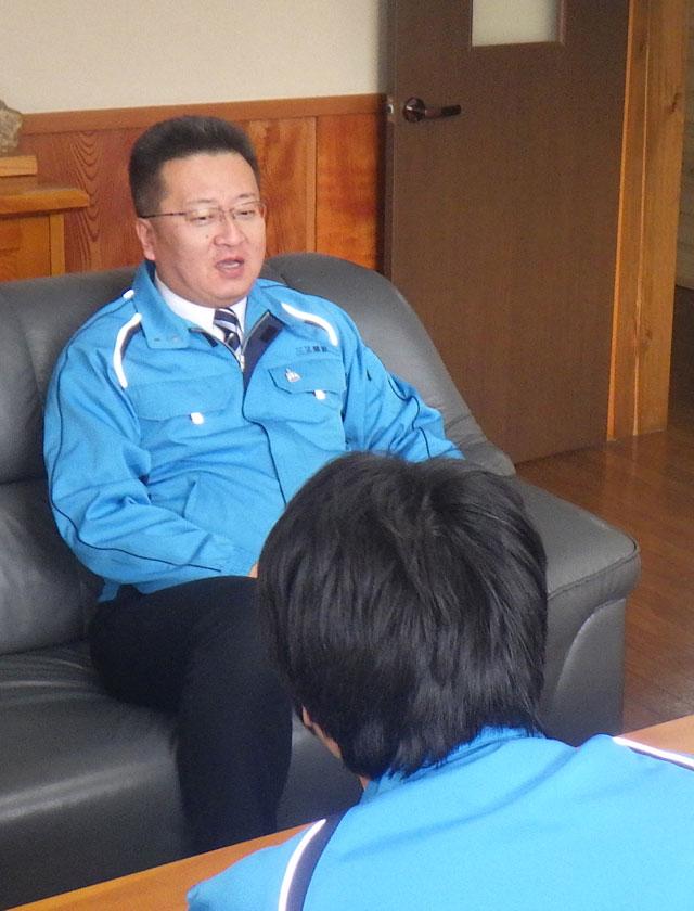 三又建設株式会社 代表取締役 下タ村 正樹 が会社についてインタビューを受けているところ