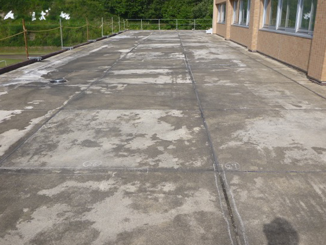 県立横手支援学校様 屋根防水工事の施工前写真